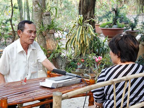 Ông Đặng Xuân Tẻo (Ba Tẻo, bìa trái) trong một lần trả lời phỏng vấn đoàn làm phim tài liệu của đạo diễn Lê Phong Lan về Biệt động Sài Gòn. (Ảnh do đạo diễn Lê Phong Lan cung cấp)