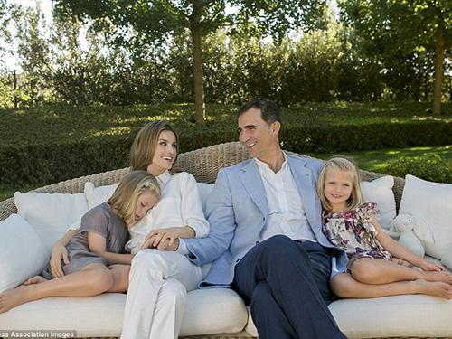 Gia đình tân vương Felipe VI Ảnh: MUST BE