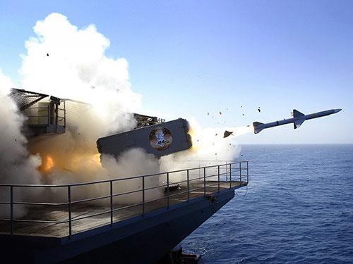 Một tàu khu trục của Mỹ phóng tên lửa đạn đạo Tomahawk vào lãnh thổ Libya tháng 3-2011 Ảnh: USA TODAY