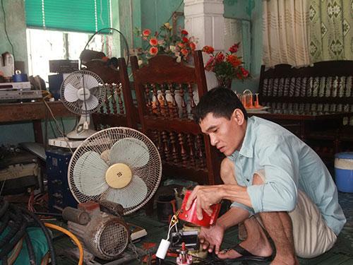 Anh Phan Văn Kiên, chủ nhiệm nhóm Sông Lam Xanh, sửa điện tử tại nhà
