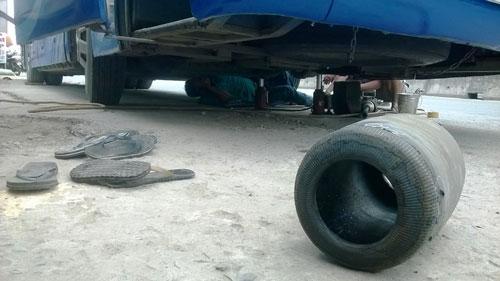 Xe hỏng dọc đường, tài xế Tuấn phải chui xuống gầm để sửa