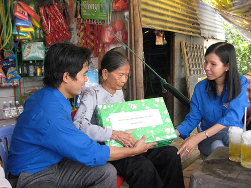 Nguyễn Thị Cẩm Tú (bìa phải) trong một chương trình chăm lo cho người nghèo
