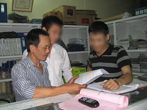 Anh Ong Văn Tùng (bìa trái) là người điều hành mạng lưới Vì ngày mai tươi sáng Ảnh: HẢI VÂN