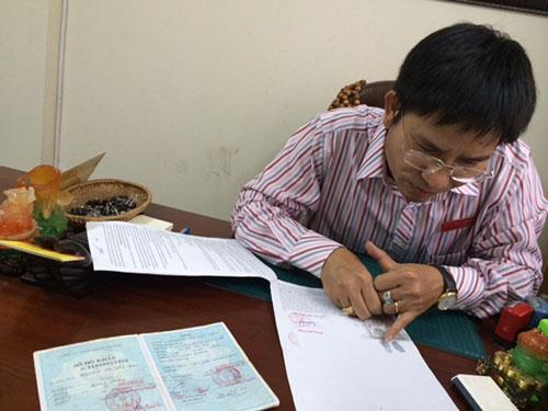 Ông Hoàng Xuân Ngụ và bộ hồ sơ giả bị phát hiện Ảnh: THU HỒNG