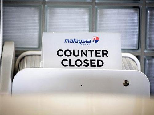 Dư luận đặt vấn đề về khả năng phát triển và tồn tại của Malaysia Airlines. Trong ảnh: Một quầy giao dịch của hãng đã bị đóng cửa Ảnh: AP