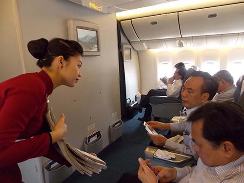 Tiếp viên hàng không ngoài việc niềm nở phục vụ khách, còn phải năng động hơn, giống như nhân viên bán hàng tiếp cận hành khách Ảnh: HÀ PHƯƠNG