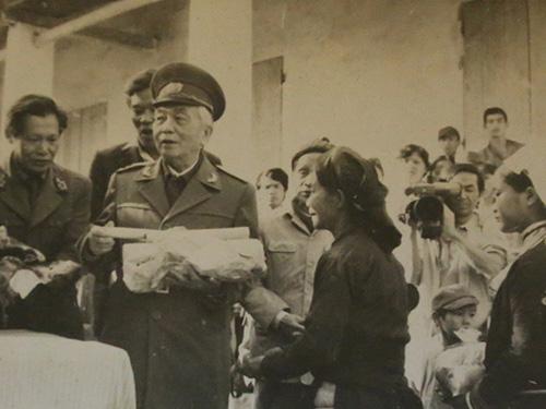 Ông Nguyễn Huy Văn (bìa trái) cùng đi với Đại tướng Võ Nguyên Giáp trong chuyến thăm Cao Bằng năm 1990. (Ảnh do nhân vật cung cấp)