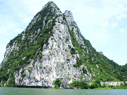 Nơi được khẳng định là cửa động Chân Linh, nay đã chìm sâu dưới mặt nước sông Gianh