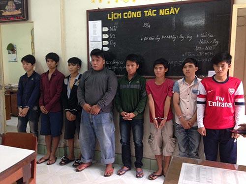 Một nhóm côn đồ bị bắt giữ về hành vi sử dụng mã tấu chém người.Ảnh: Minh Sơn
