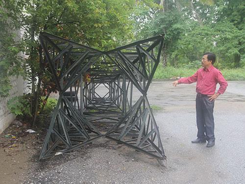 Cột đèn Bến Thủy bị vứt chỏng chơ ngoài sân Bảo tàng tỉnh Nghệ An Ảnh: ĐỨC NGỌC