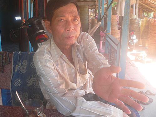 Ông Trà Văn Me cho biết các đầu ngón tay của mình cũng đã trơn bóng theo thời gian Ảnh: THANH VÂN