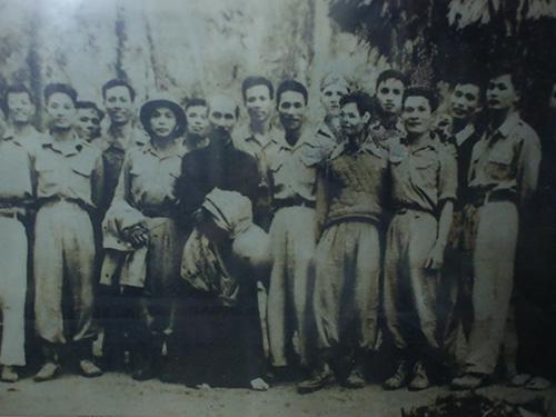 Ông Đào Văn Trường (hàng đầu, bìa phải) cùng các cán bộ cao cấp của QĐND Việt Nam chụp ảnh với Bác Hồ. (Ảnh do nhân vật cung cấp)
