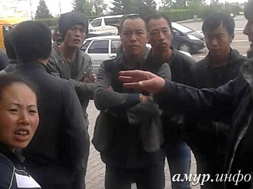 Nhóm lao động nhập cư Trung Quốc bị bắt ở TP Blagoveshensk hôm 15-5 Ảnh: AMUR-INFO