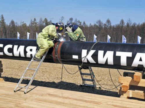 Các công nhân đang thi công tại một nhánh đường ống dẫn từ Đông Siberia vào Trung Quốc Ảnh: ITAR-TASS