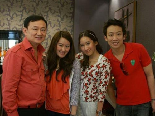 Cựu thủ tướng Thaksin Shinawatra cùng các con. Từ trái sang: Paetongtarn, Pinthongta và Panthongtae Ảnh: MATICHON.CO.TH