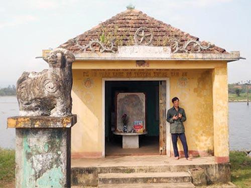 Nhà tưởng niệm xóm Tân An, xã Đức Phong xuống cấp nặng nề do không được trùng tu, sửa chữa