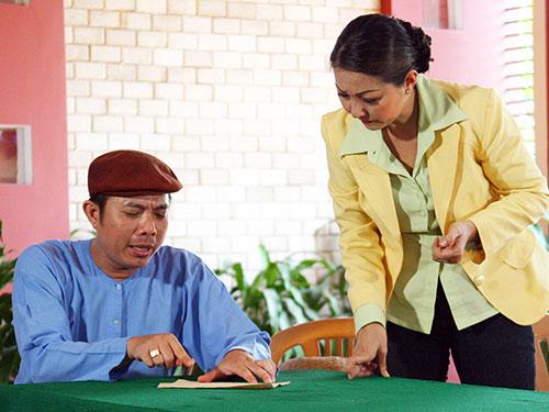 Nghệ sĩ Trung Dân và Phương Dung trong một kịch bản tấu hài được quay tại TP HCM