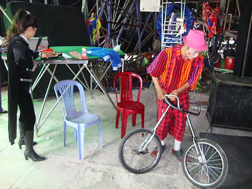 Gánh xiếc rong của gia đình nghệ sĩ Minh Hiển chuẩn bị ra sân khấu biểu diễn