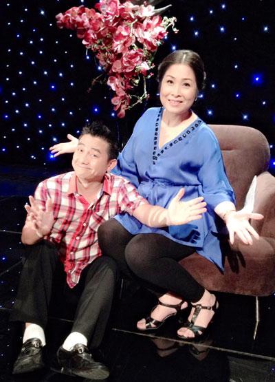 NSND Hồng Vân và nghệ sĩ hài Anh Vũ trong chương trình Trong nhà ngoài phố phiên bản mới của Đài Truyền hình TP HCM. (Ảnh do chương trình cung cấp)