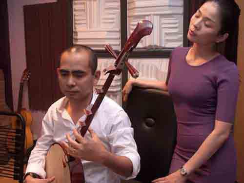 Nhạc sĩ Đức Trí vẫn sử dụng nhạc cụ dân tộc trong hòa âm, phối khí cho các tiết mục trình diễn của ca sĩ. Trong ảnh: Nhạc sĩ Đức Trí đang đệm đàn tập tiết mục trình diễn cho ca sĩ Lệ Quyên