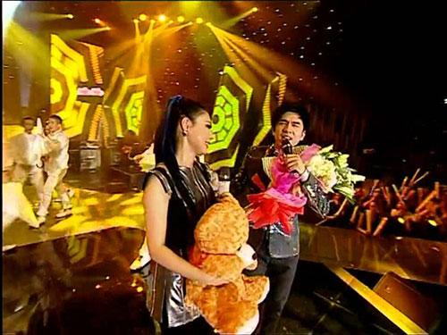 Sân khấu bình dân bây giờ trở thành nơi tổ chức live show của nhiều ngôi sao ca nhạc. Trong ảnh: Một tiết mục biểu diễn của Đan Trường trong live show tổ chức tại sân khấu ca nhạc 126 Cách Mạng Tháng Tám