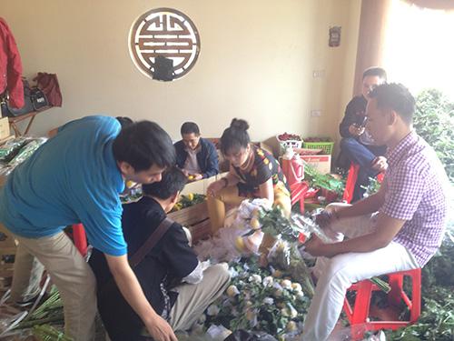 Chuẩn bị hoa tươi cho việc kết cờ vào sáng 7-5. (Ảnh do Tổ chức Kỷ lục Việt Nam cung cấp)