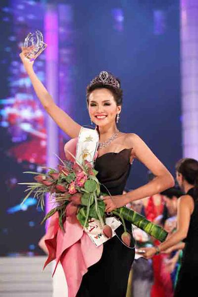Hoa hậu Diễm Hương trong giờ phút đăng quang