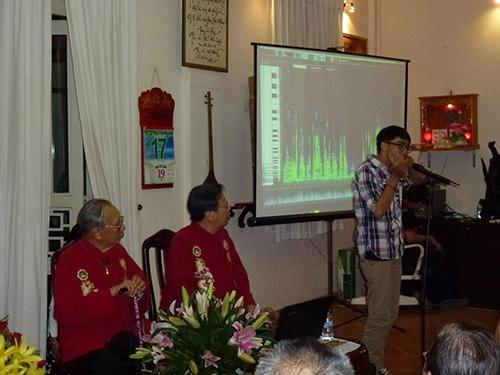 Khai Nguyên trình diễn đàn môi tại tư gia GS-TS Trần Văn Khê