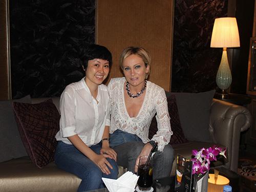 Ca sĩ Patricia Kaas cùng phóng viên Thùy Trang trong buổi phỏng vấn tại TP HCM Ảnh: Trần Tiến Dũng