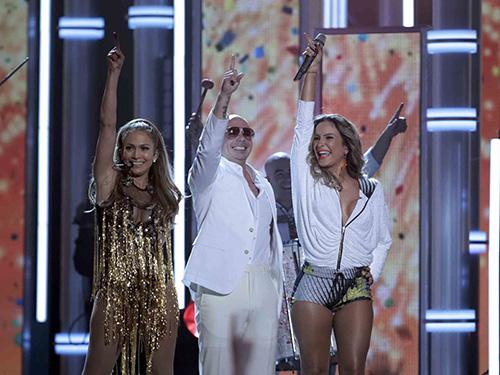 Jennifer Lopez (trái) trình diễn ca khúc chủ đề World Cup We Are One cùng Pitbull (giữa) và Claudia Leitte tại lễ trao giải thưởng âm nhạc Billboard 2014.  Nguồn: REUTERS