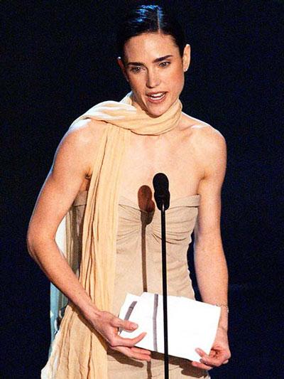 Jennifer Connelly cầm giấy phát biểu, một hình ảnh tối kỵ tại lễ trao giải Oscar