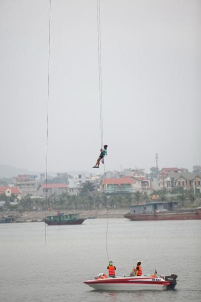 Thử thách đu dây từ độ cao 60 m ở cầu Bãi CháyẢnh: BHD