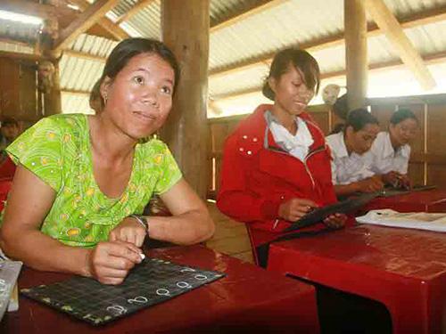 Lớp học xóa mù chữ cho phụ nữ ở thôn Xà Ê, xã Phước Mỹ, huyện Phước Sơn, tỉnh Quảng Nam Ảnh: TRẦN THƯỜNG