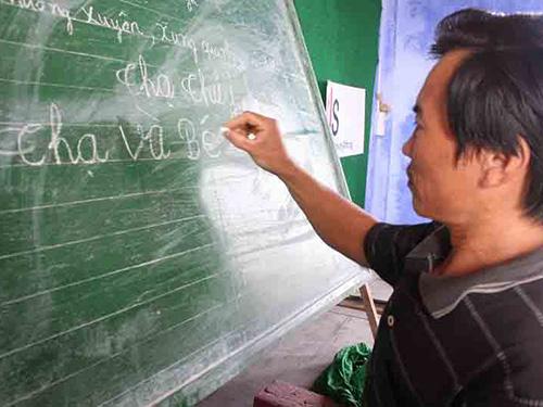 Lão ngư Nguyễn Thạ (xã Quảng Lợi, huyện Quảng Điền, tỉnh Thừa Thiên - Huế) đã viết được tên mình sau khi học lớp xóa mù chữ Ảnh: QUANG NHẬT