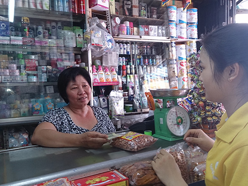 Chị Nguyễn Ngọc Loan (bìa trái), con gái thứ hai của liệt sĩ - chiến sĩ biệt động Nguyễn Văn Lém (Bảy Lớp) - mở tiệm bán tạp hóa tại quận Tân Phú, TP HCM        Ảnh: DƯƠNG QUANG