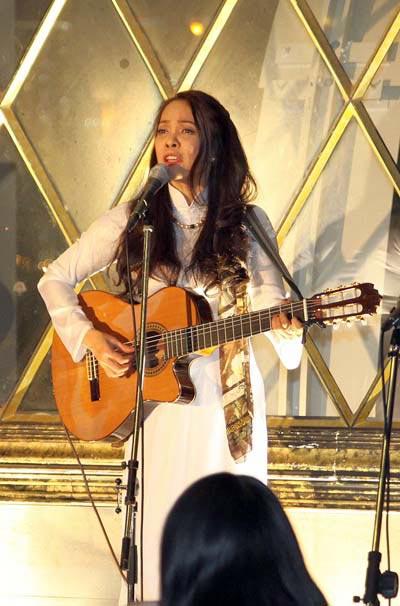 Ca sĩ Hồng Hạnh biểu diễn ở Nhật. (Ảnh do nhân vật cung cấp)