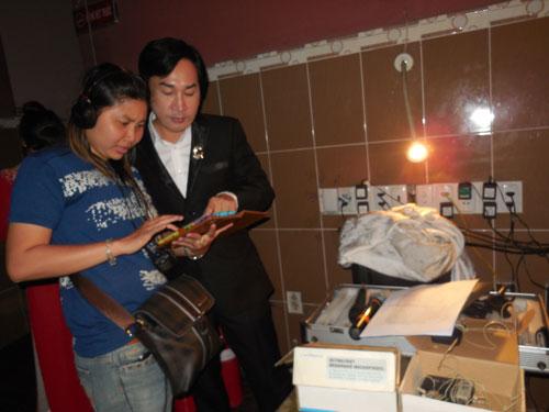 Lê Tâm, chuyên viên nhắc tuồng, trao đổi với NSƯT Kim Tử Long trong cánh gà Nhà hát Bến Thành