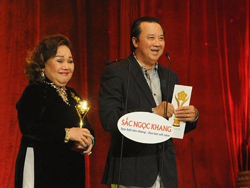 NSND Ngọc Giàu và NSƯT Bảo Quốc làm khách mời tại lễ trao Giải Mai Vàng 2013 Ảnh: Hồng Thúy