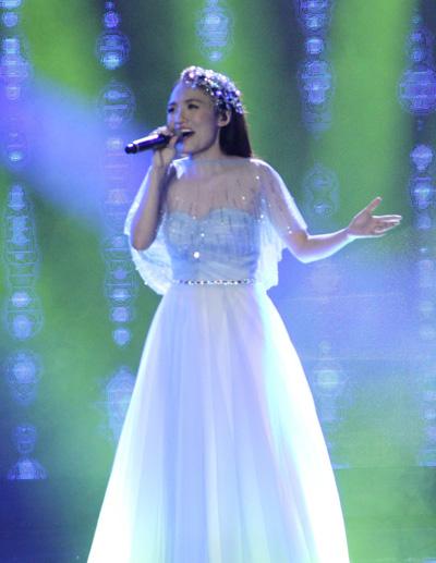 Nhật Thủy biểu diễn trong đêm trao giải Vietnam Idol 2013  hôm 11-5