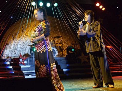 Ca sĩ Phi Nhung và Quách Ngọc Ngoan trình diễn song ca trong chương trình Đêm hội ngộ sao
