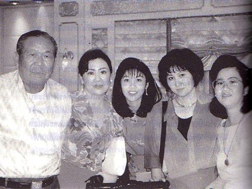 Ông Lert và các con gái, ở giữa là bà Yingluck Ảnh: NEW MANDALA