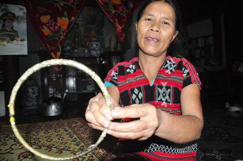 Mẹ của A Viết Thế (xã A Roàng, huyện A Lưới, tỉnh Thừa Thiên - Huế) khoe chiếc vòng bạc có được nhờ gả con gái  Ảnh: QUANG NHẬT