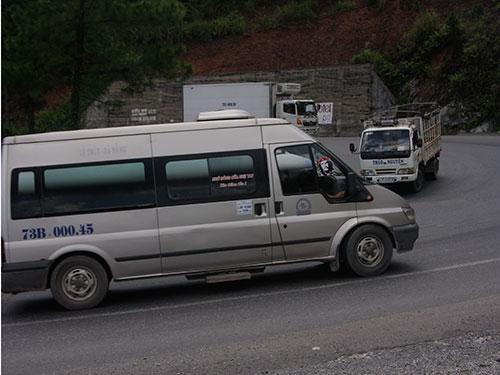 Đoạn cua khuỷu tay ở đèo Phú Gia gây khó khăn cho các xe qua lại. Ảnh: QUANG NHẬT