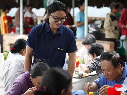 Giám khảo Luke Nguyễn quan sát các khách mời dùng bữaẢnh: BHD