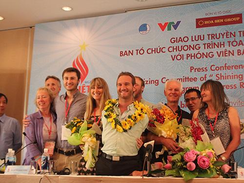 Nick và gia đình tại buổi họp báo Ảnh: Hồ Hương Giang