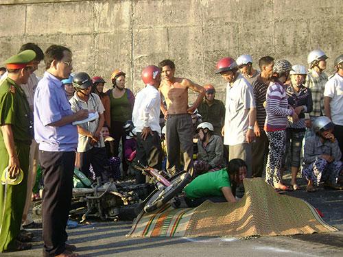 Xe đầu kéo tụt đèo, cán chết 3 mẹ con chạy xe máy trên đèo Cả cuối năm 2011