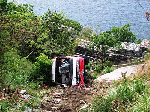 Gặp xe chạy ngược chiều lấn tuyến, một xe khách đã lao xuống vực ở đèo Cả