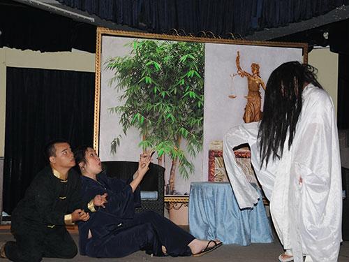 Cảnh trong vở kịch ma Hai tư sáu là vở ăn khách nhất của Sân khấu Kịch Phú Nhuận