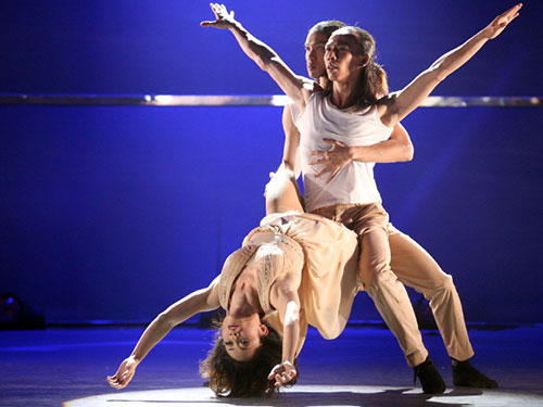 Các vũ công biểu diễn trên sân khấu Thử thách cùng bước nhảy 2013 Ảnh: Gia Tiến