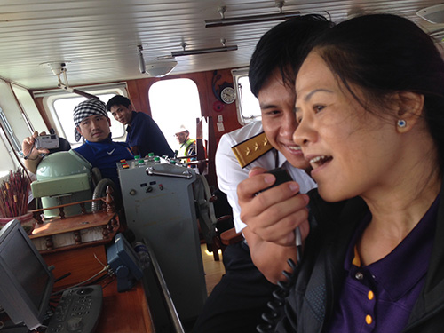 Nhà báo Ngô Thị Nga hát tặng chiến sĩ Nhà giàn DK1/14 qua bộ đàm